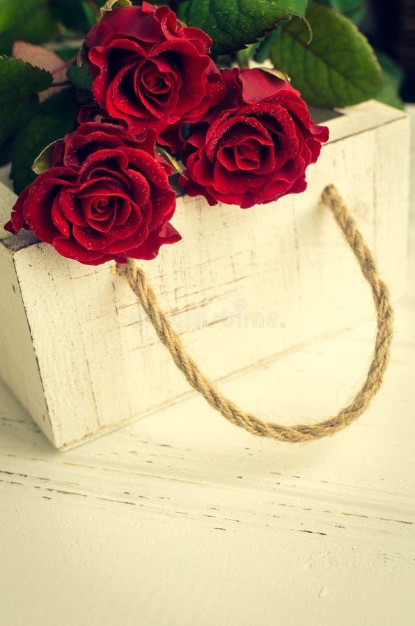 Цветки красной розы на белой затрапезной шикарной предпосылке иллюстрация вектора