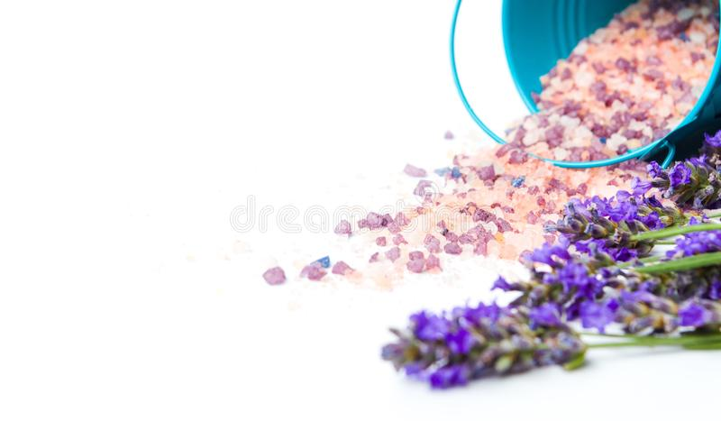 Цветки лаванды и соль для принятия ванны для ароматичного курорта стоковое изображение