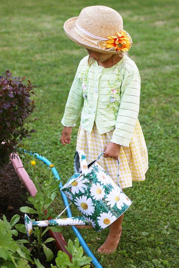 Цветки милой маленькой девочки в саде стоковые фотографии rf