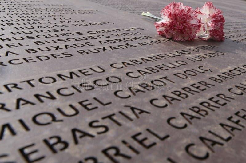 Цветки над памятью огораживают мемориальную могилу в mallorca широко стоковое фото rf