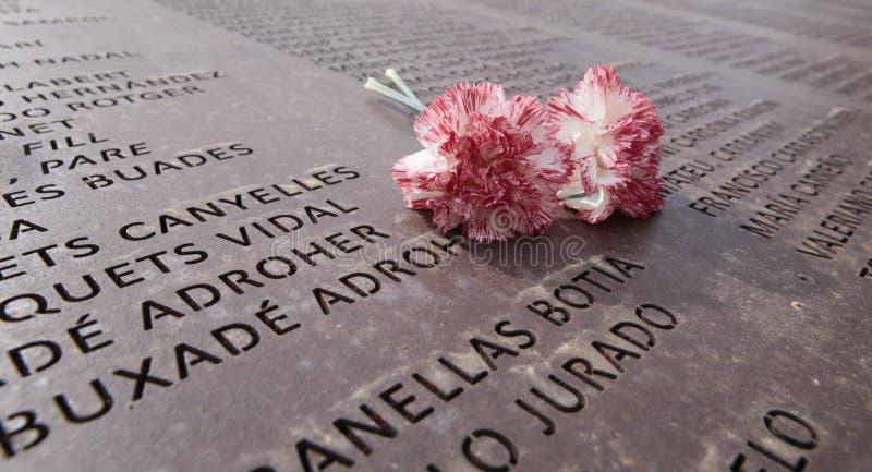 Цветки над памятью огораживают мемориальную могилу в mallorca стоковые изображения rf