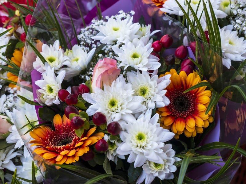Цветки на еженедельном рынке фермеров в Ланкастере Англии в центре города стоковые изображения
