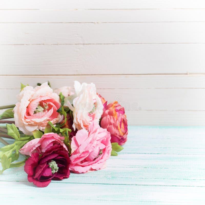Цветки на деревянной предпосылке стоковое изображение