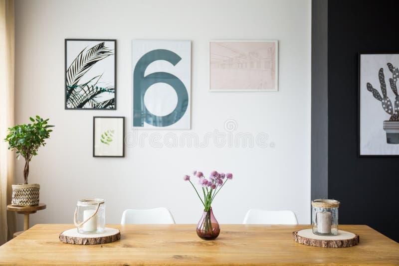 Цветки на таблице стоковое фото rf