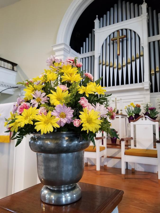 Цветки на церков изменяют стоковая фотография rf