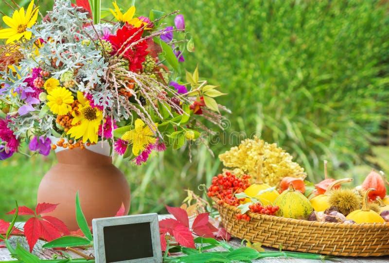 Цветки осени, украшение падения и шифер стоковое изображение rf