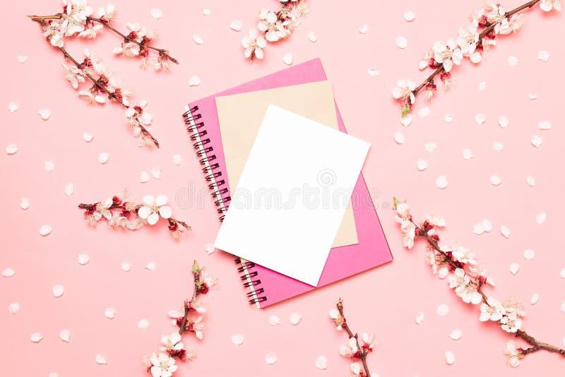 Цветки пинка весны зацветая с блокнотом чистого листа бумаги на таблице взгляд сверху с местом для текста стоковая фотография rf