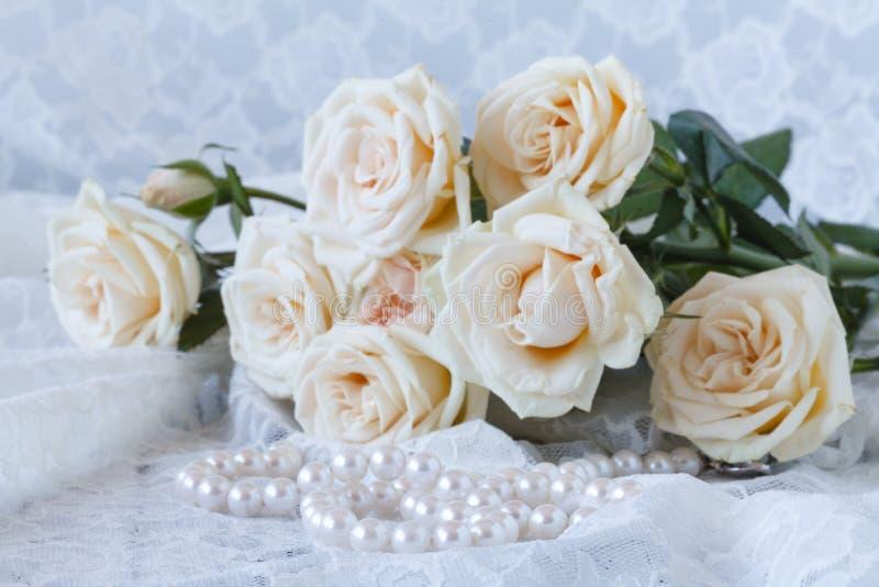 Цветки свежих роз с жемчугами стоковое изображение rf