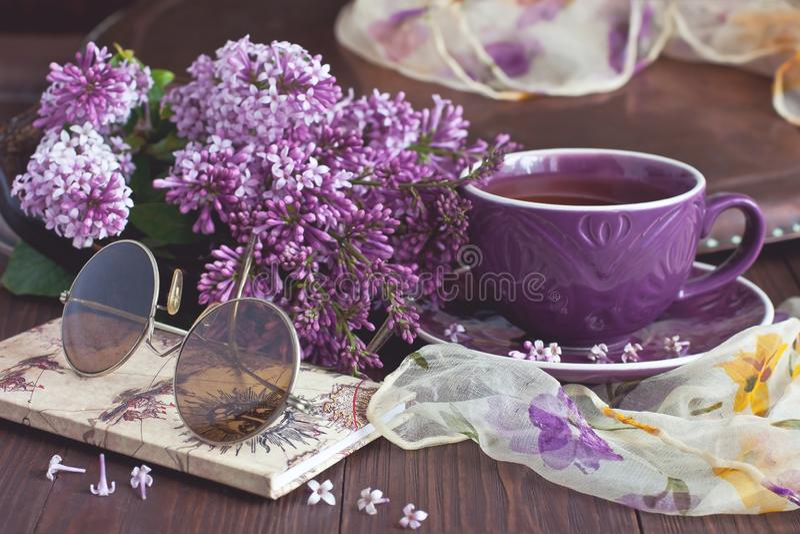 Цветки сирени ветви весны на деревенском деревянном столе стоковое изображение rf