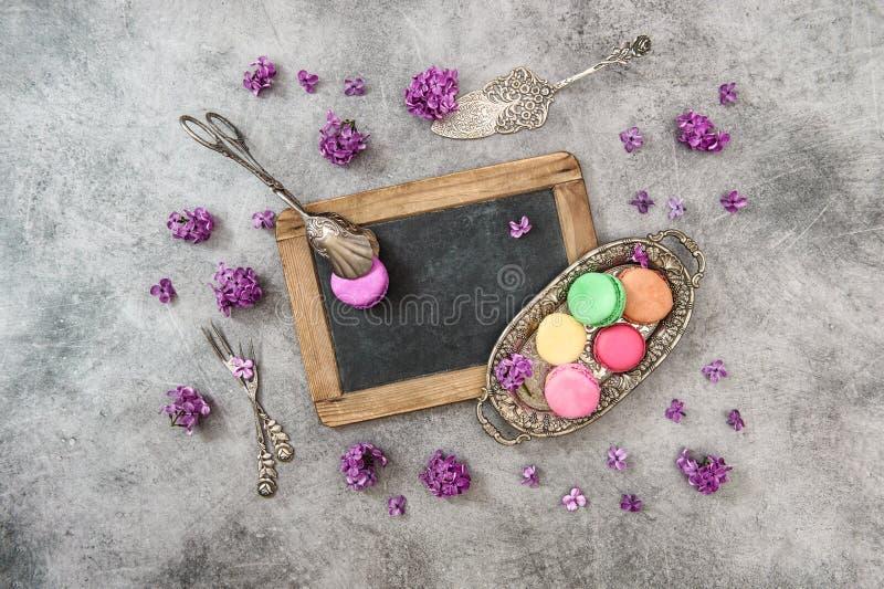 Цветки сирени печений Macaroon Винтажная доска столового прибора стоковые изображения rf