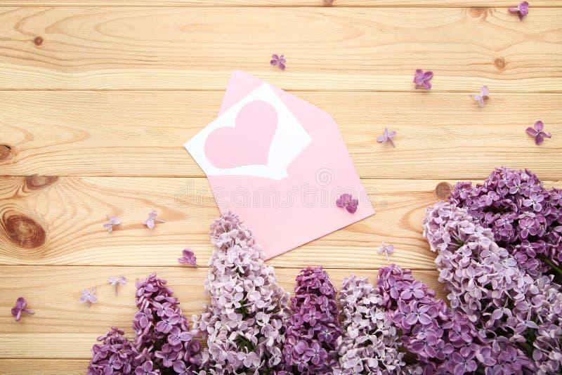 Цветки сирени с конвертом стоковое изображение rf