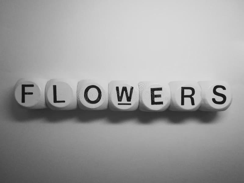 Цветки слова сказанные по буквам на кости стоковые фотографии rf