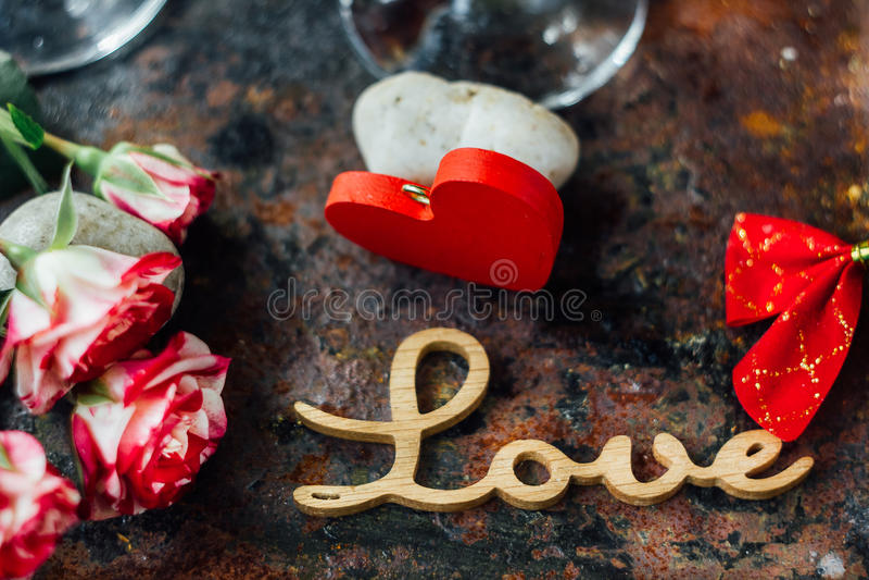 Цветки с письмами ЛЮБЯТ на 2 стеклах колы стоковые фотографии rf