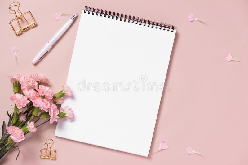 Цветки anf блокнота взгляд сверху на настольном компьютере Для wedding plann стоковое фото