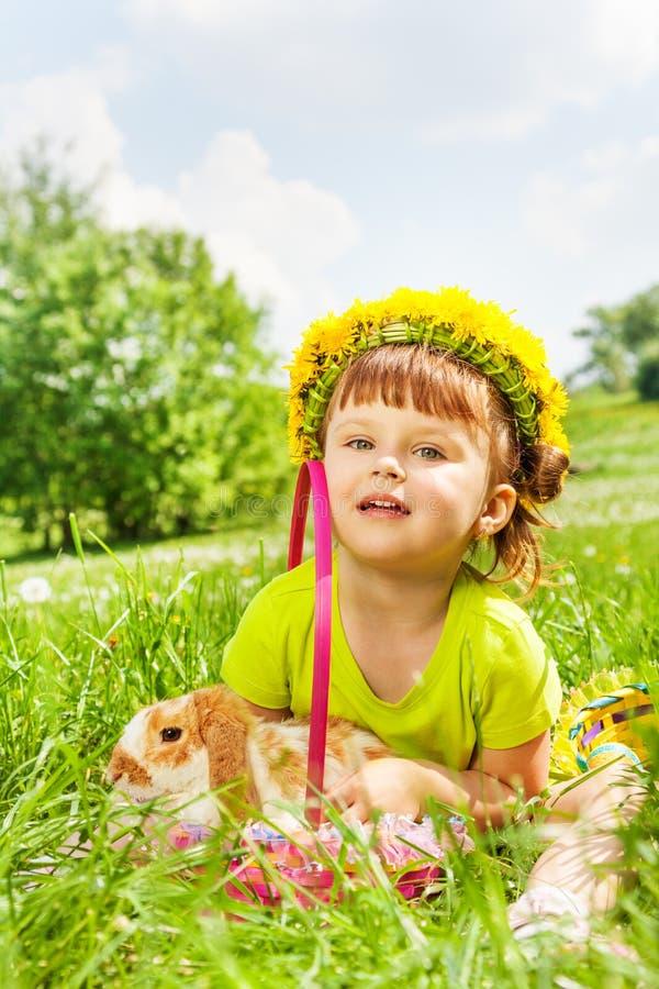 Цветки circlet и кролик счастливой девушки нося стоковая фотография rf