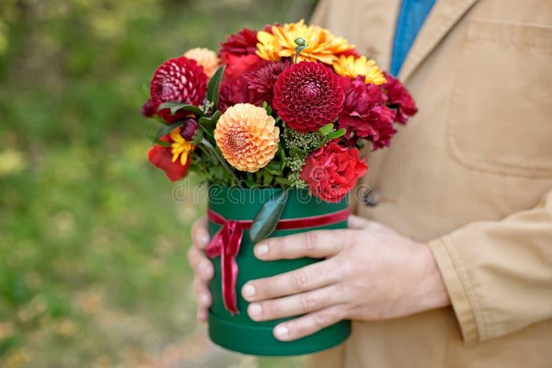 Цветк-коробка конца-вверх в руках человека как концепция подарка для свадьбы, дня рождения, события, торжества, доставки цветков, стоковые фотографии rf