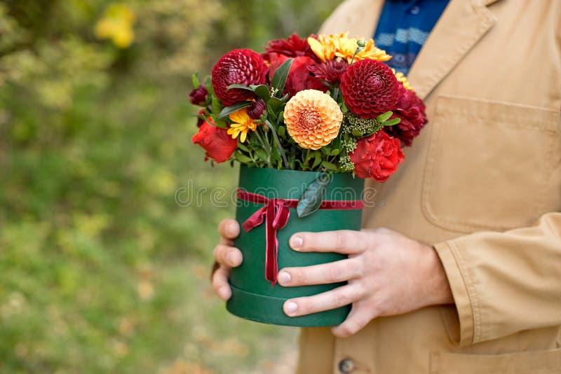 Цветк-коробка конца-вверх в руках человека как концепция подарка для свадьбы, дня рождения, события, торжества, доставки цветков, стоковая фотография