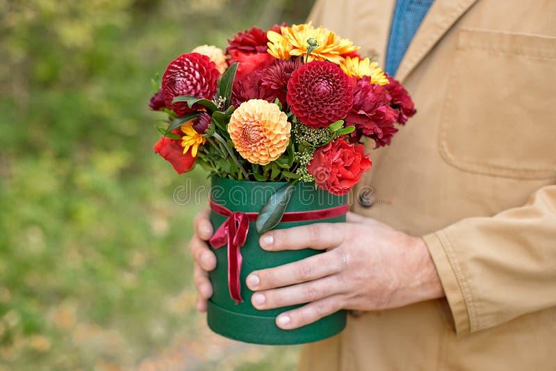 Цветк-коробка конца-вверх в руках человека как концепция подарка для свадьбы, дня рождения, события, торжества, доставки цветков, стоковые изображения rf