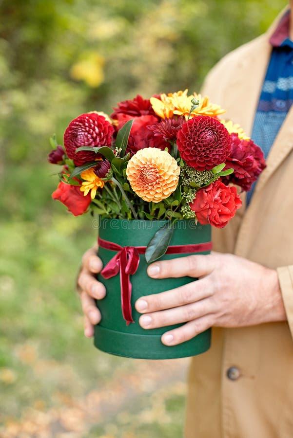 Цветк-коробка конца-вверх в руках человека как концепция подарка для свадьбы, дня рождения, события, торжества, доставки цветков, стоковая фотография rf