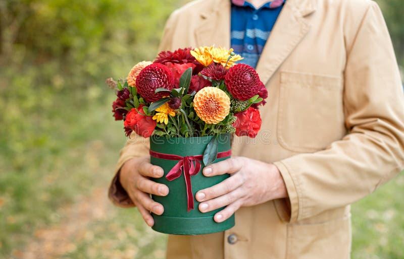Цветк-коробка конца-вверх в руках человека как концепция подарка для свадьбы, дня рождения, события, торжества, доставки цветков, стоковое изображение rf
