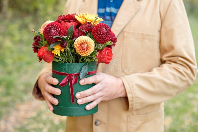 Цветк-коробка конца-вверх в руках человека как концепция подарка для свадьбы, дня рождения, события, торжества, доставки цветков, стоковое фото rf