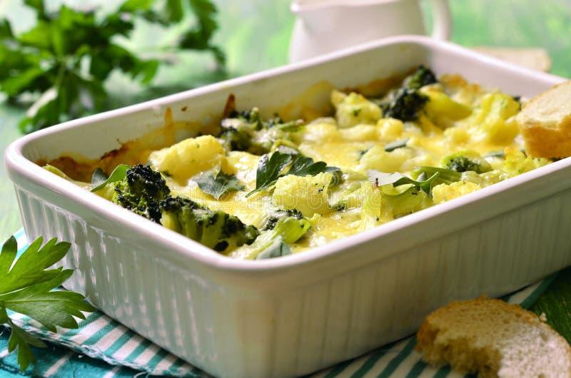 Цветная капуста и брокколи испеченные в cream соусе стоковые фото