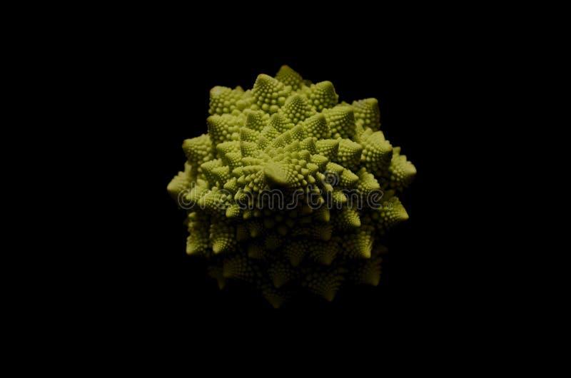 Цветная капуста Romanesco на черной предпосылке стоковое фото rf