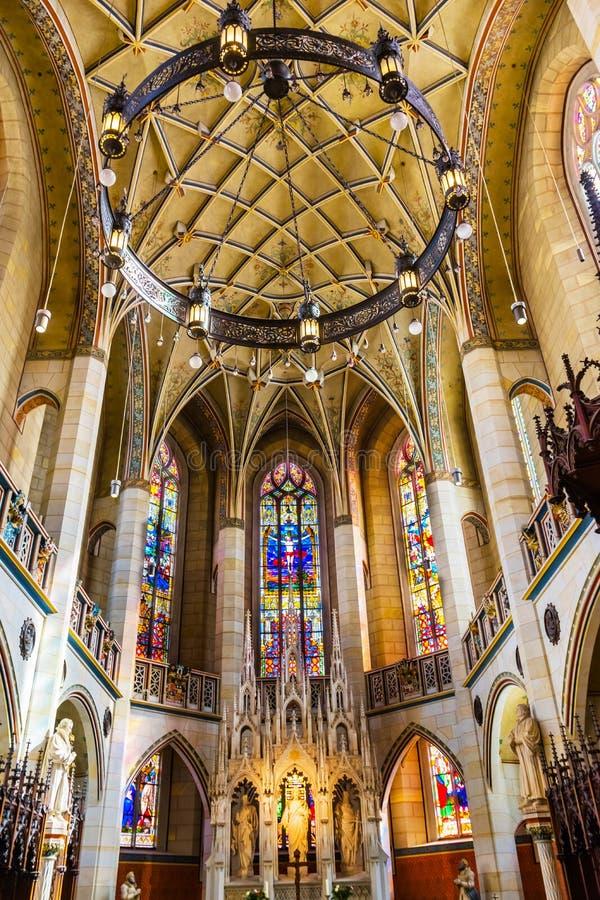 Цветное стекло базилики все Wi Schlosskirche церков замка Святых стоковые изображения rf