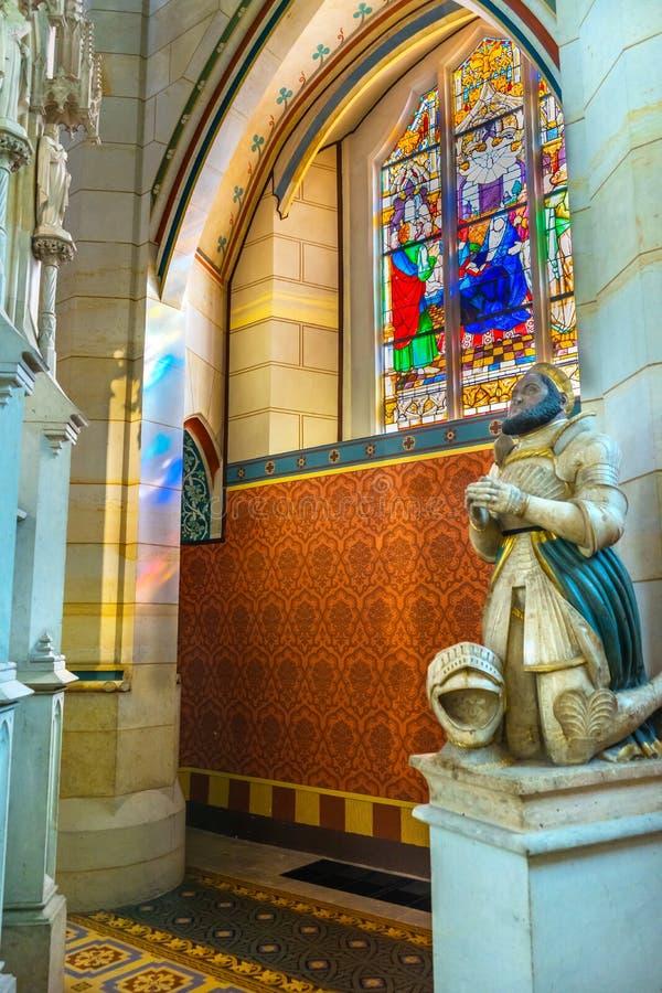 Цветное стекло базилики статуи вся церковь Schlosski замка Святых стоковые изображения
