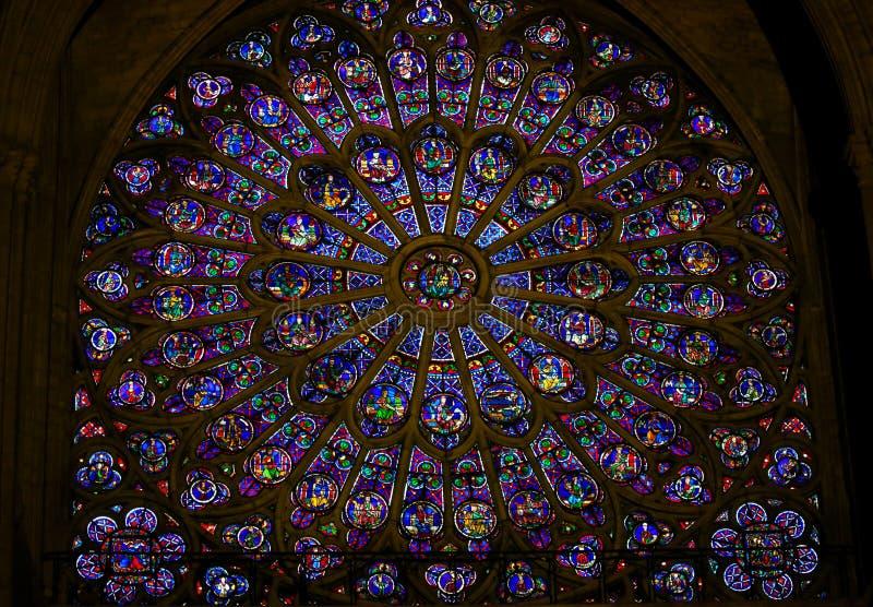 Цветное стекло в Нотр-Дам, Париже - розовом окне стоковая фотография rf