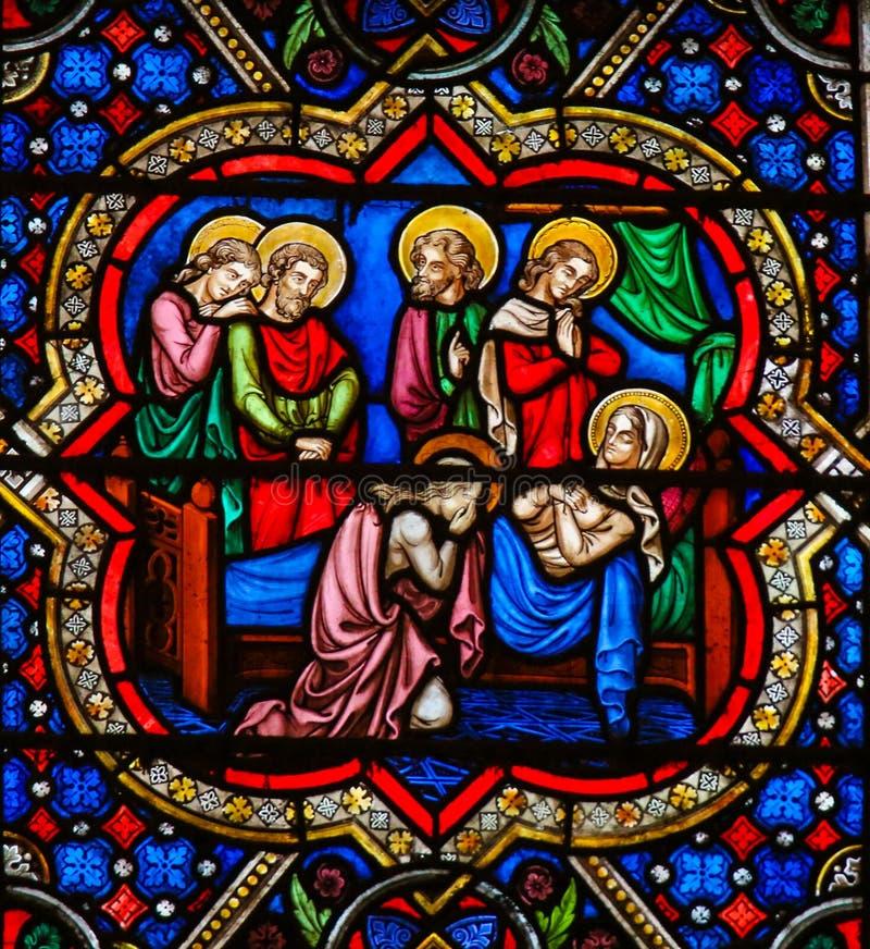 Цветное стекло в Нотр-Дам, Париже - смерти матери Mary стоковые изображения rf