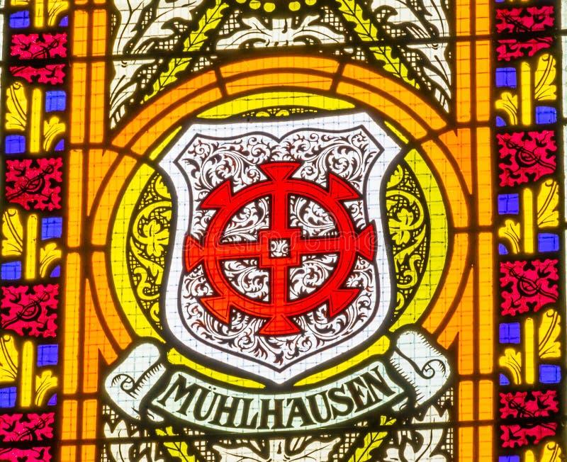 Цветное стекло оружий пальто вся церковь Schlosskirche w замка Святых стоковая фотография