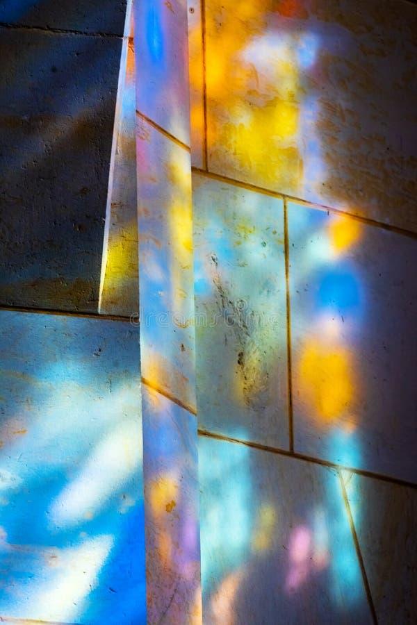 Цветное стекло отражений вся церковь Schlosskirche замка Святых стоковые фотографии rf