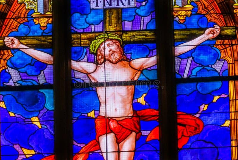 Цветное стекло распятия Иисуса вся церковь Schloss замка Святых стоковое изображение rf