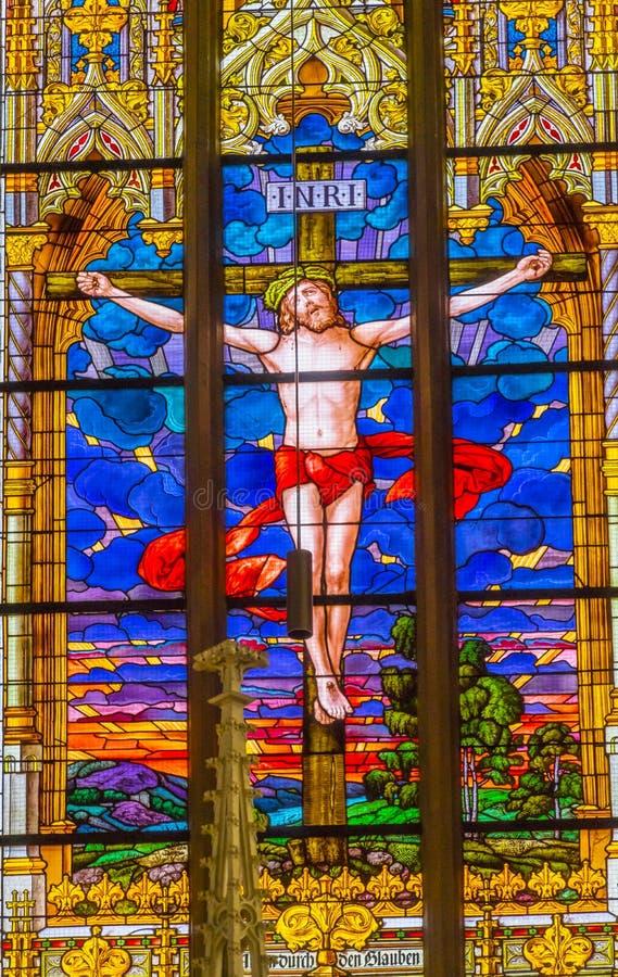 Цветное стекло распятия Иисуса вся церковь Schloss замка Святых стоковые фотографии rf