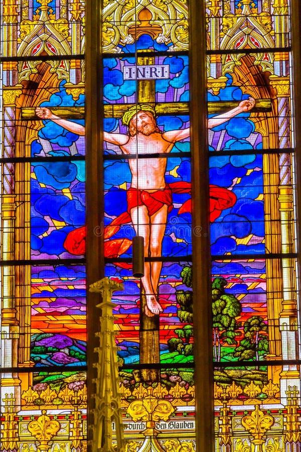 Цветное стекло распятия Иисуса вся церковь Schloss замка Святых стоковые фото