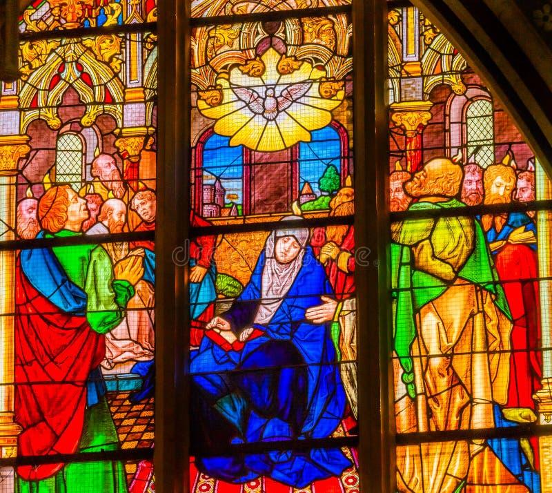 Цветное стекло святого духа Mary вся церковь Schlossk замка Святых стоковая фотография rf