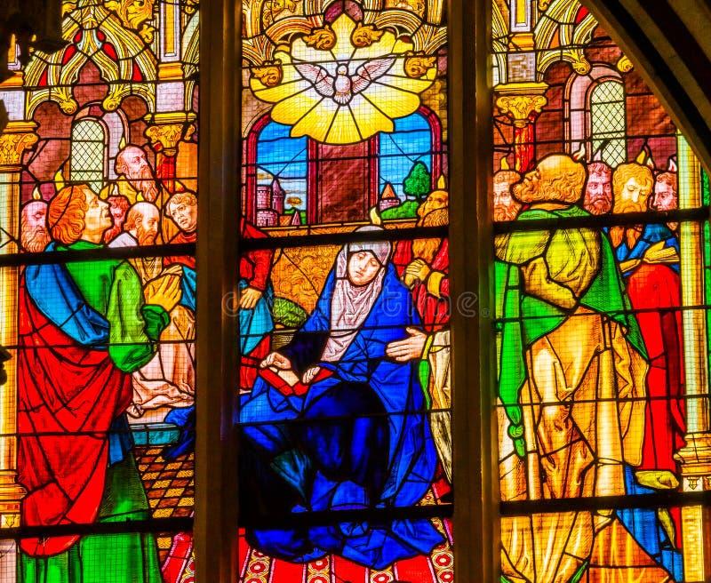 Цветное стекло святого духа Mary вся церковь Schlossk замка Святых стоковое фото rf