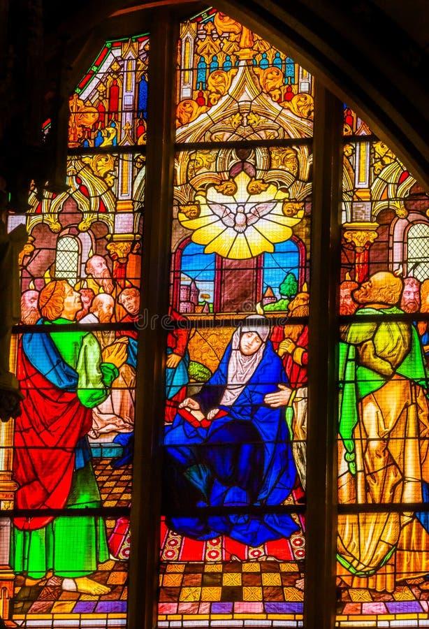 Цветное стекло святого духа Mary вся церковь Schlossk замка Святых стоковые изображения