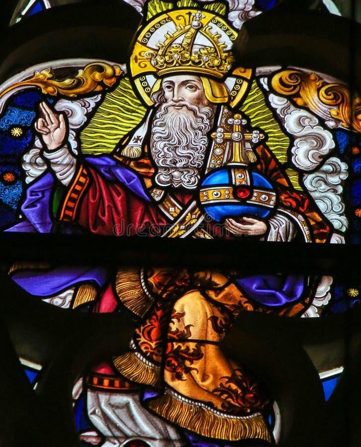 Цветное стекло - бог в рае стоковые изображения