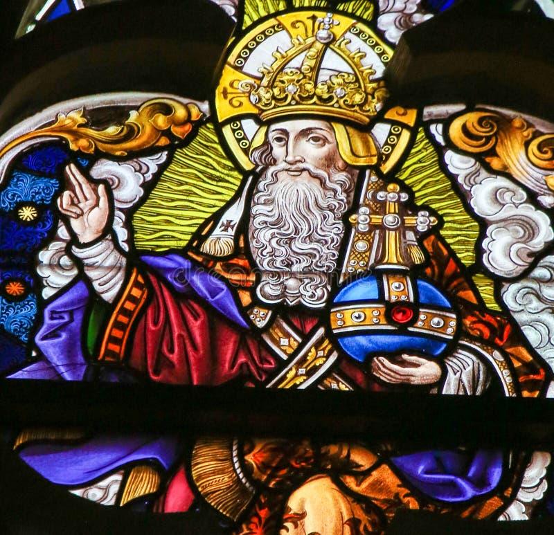 Цветное стекло - бог в рае стоковое изображение