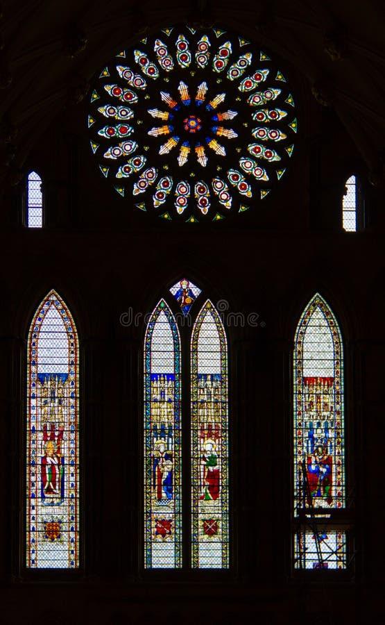 Цветное стекло внутри исторической монастырской церкви Йорка в Йорке, Великобритании стоковое изображение rf