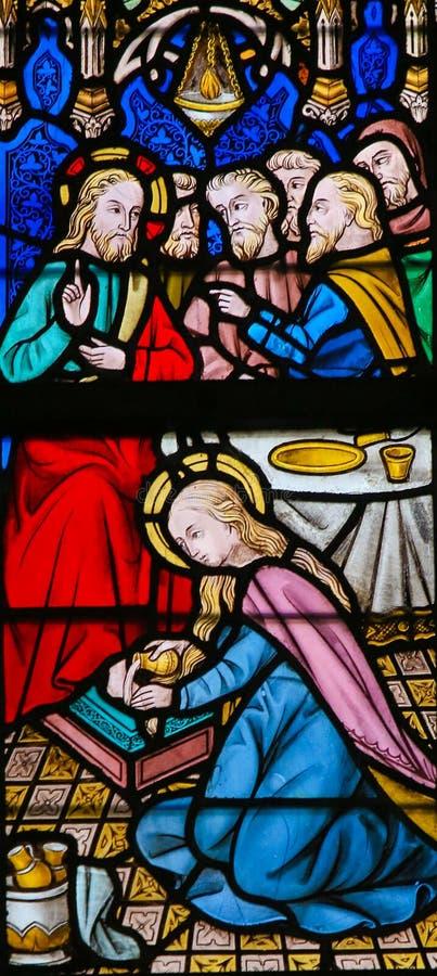 Цветное стекло - Иисус мазанный грешной женщиной стоковая фотография rf