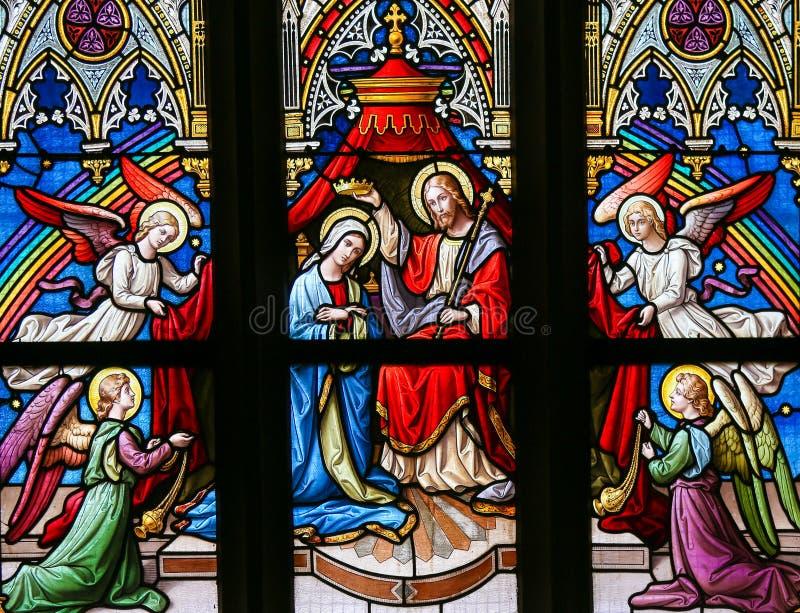 Цветное стекло - коронование девственницы стоковые изображения rf