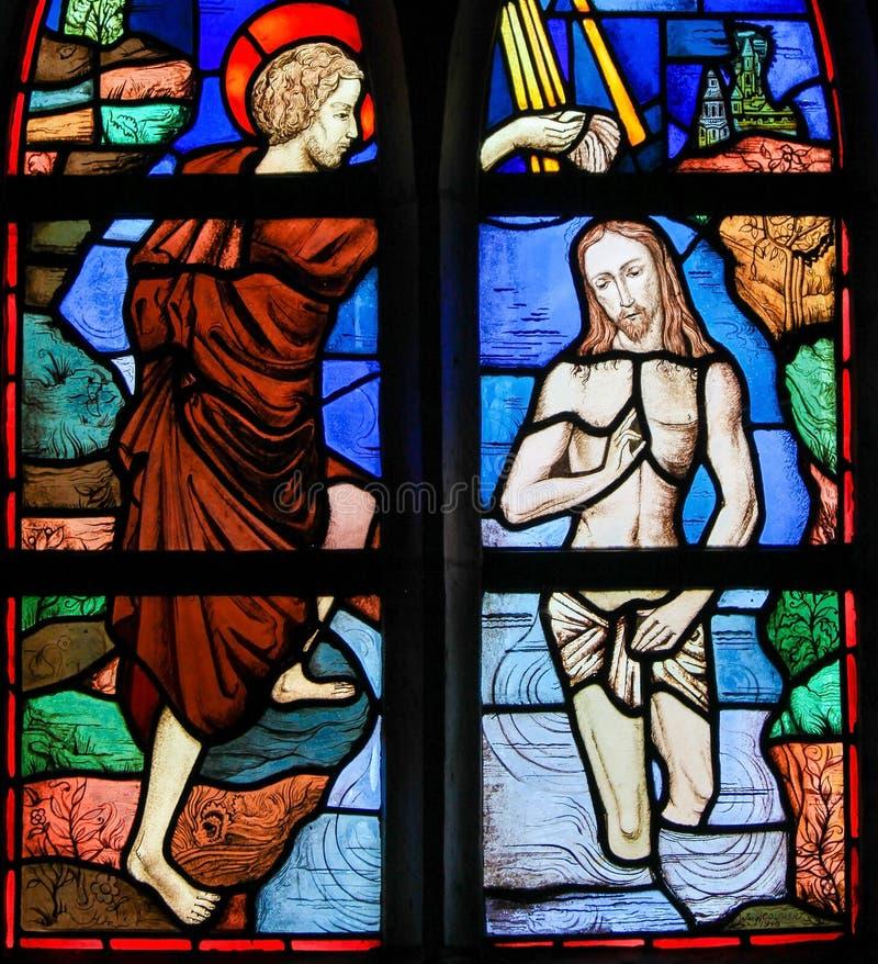 Цветное стекло - крещение Иисуса St. John баптист стоковая фотография