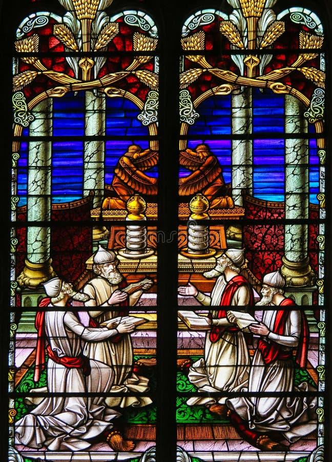 Цветное стекло - равины поклоняясь бог стоковые фотографии rf