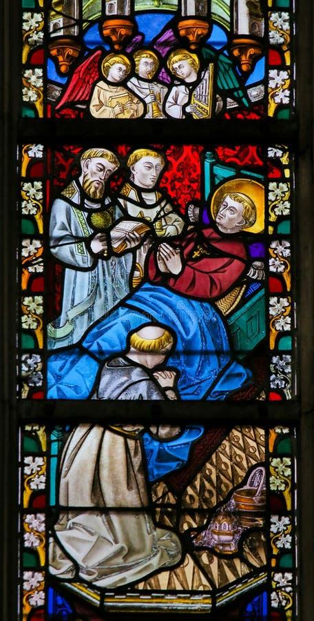 Цветное стекло - Святой на его смертном ложе стоковые изображения rf