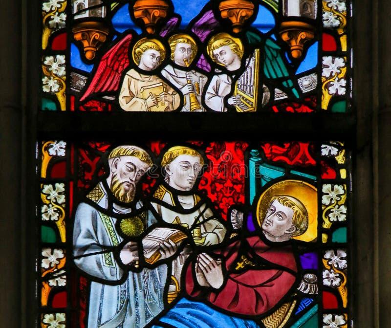 Цветное стекло - Святой на его смертном ложе стоковые изображения