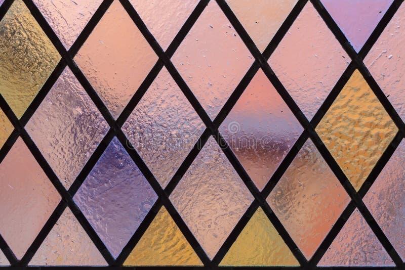 Цветное стекло с multi покрашенным ромбовидным узором как предпосылка стоковые фотографии rf