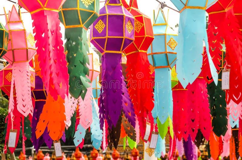 Цветной бумажный фонарь висит в храме Ват-Фра в Бангкоке стоковое фото rf